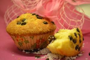 Do muffinu na fotce jsem přidala kokos a kostičku čokolády, navrch pak čokoládové vločky.