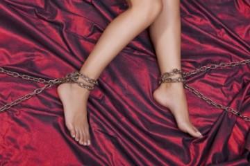 zenske nohy svazane