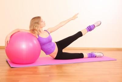 Cviky můžeš ozvláštnit zapojením fitness míče
