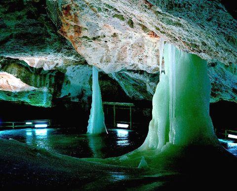 Krápníky v Dobšinské jeskyni jsou tvořeny ledem.
