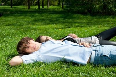 mladý pár leží v parku