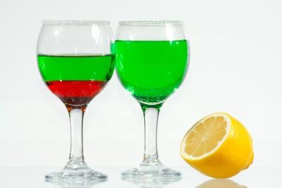 červený a zelený likér s citronem