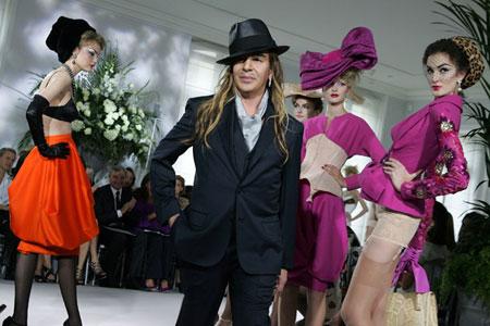 John Galliano obklopený modelkami