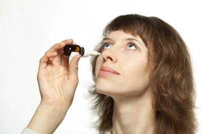 Kontaktní čočky a oční kapky