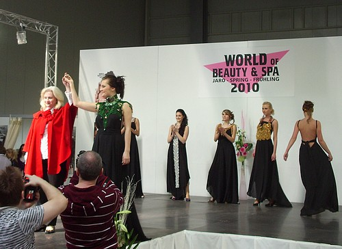 Irma Majgaladze s modelkami.